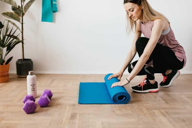 6 accessori indispensabili per lo yoga: guida all'acquisto
